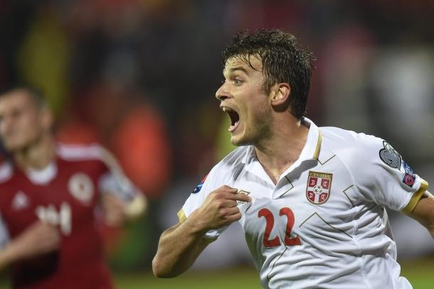 Adem Ljajić esulta dopo il gol in Albania-Serbia.