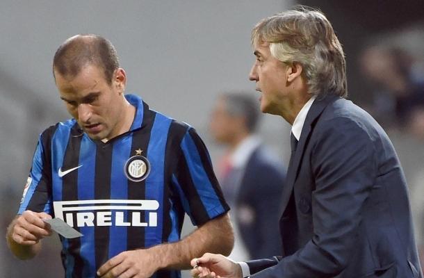 Rodrigo Palacio riceve istruzioni da Roberto Mancini.
