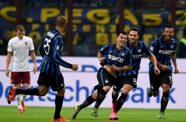 Gary Medel festeggia con i compagni il gol decisivo realizzato in Inter-Roma del 31 ottobre 2015.